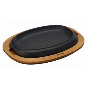 servírovací talíř z litiny na dřevěném prkénku
