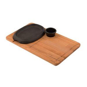 litinový talíř na dřevěném prkénku